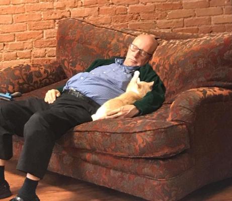 Пенсионер любил спать с кошками и заработал деньги