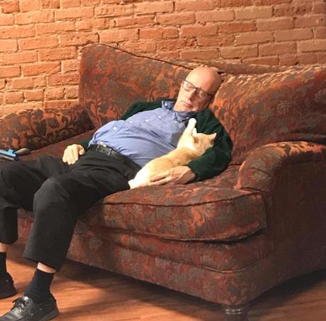Пенсионер любит спать с кошками и заработал деньги